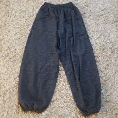 Bő szabású, alján gumírozott anyagában csíkozott barna pamut nadrág