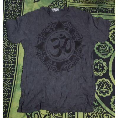 Férfi SURE póló Om felirattal sötétszürke színben-M és L méretben
