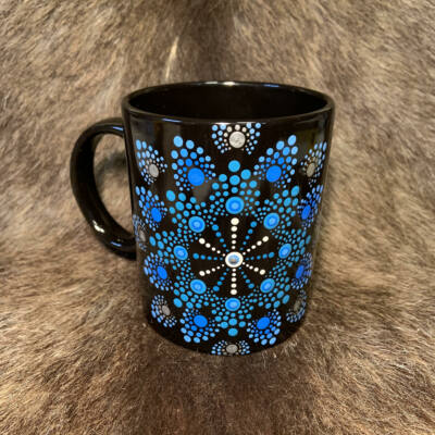 Fekete színű dotpaint díszítéses bögre, fehér-türkiz-kék mandala mintázattal