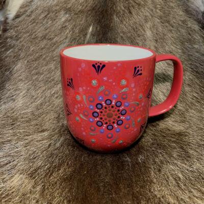 Piros színű dotpaint díszítéses bögre, lila-ezüst-rózsaszín mandala mintázattal