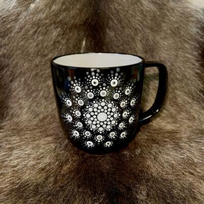 Fekete színű dotpaint díszítéses bögre, ezüst-fehér-barna mandala mintázattal