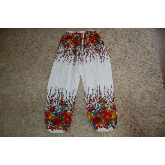 7326a71fcb Thaiföldi bő fazonú hárem nadrág fehér alapon piros virágokkal ...